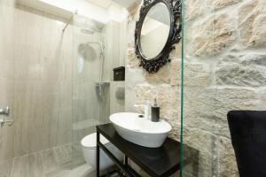 A bathroom at Avangarde Luxury Rooms