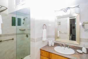 A bathroom at Mount Nevis Hotel