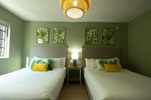 A bed or beds in a room at Hotel Harrison