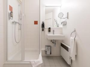 A bathroom at AZIMUT Hotel Vienna