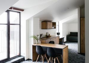 A kitchen or kitchenette at Railway Hotel & Apartments