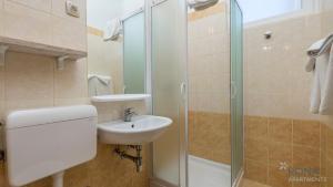 Ein Badezimmer in der Unterkunft Rona Apartments Volta
