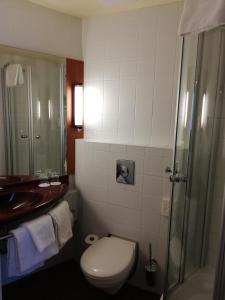 A bathroom at Star Inn Hotel Budapest Centrum
