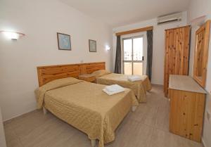 Un pat sau paturi într-o cameră la Cardor Holiday Complex