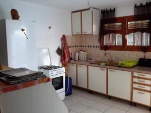 A kitchen or kitchenette at Charmant bas de villa traditionnel tout confort