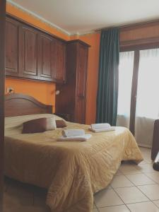 A bed or beds in a room at Ristorante Residence Giardini