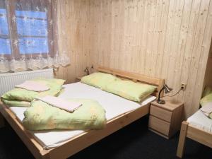 Postel nebo postele na pokoji v ubytování Penzion U Horejšů, Zadov - Churáňov