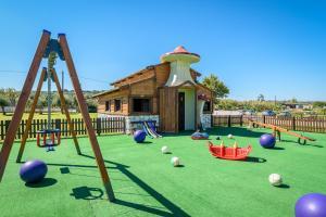 Plac zabaw dla dzieci w obiekcie Solimar Aquamarine Resort