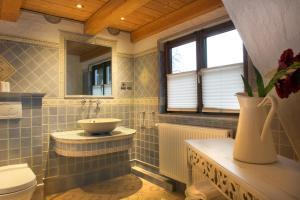 Ein Badezimmer in der Unterkunft Landgasthof Zum Alten Reichenbach