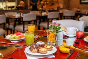 A restaurant or other place to eat at Pestana Curitiba