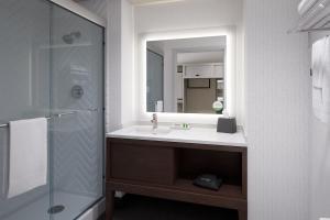 A bathroom at Holiday Inn - Long Island - ISLIP Arpt East, an IHG Hotel