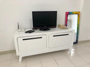 A television and/or entertainment centre at Camboinhas Inn