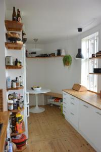 A kitchen or kitchenette at Sunny and charming loft