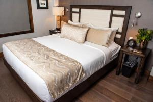 A bed or beds in a room at Cable Mountain Lodge
