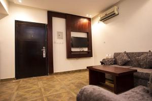 Uma TV ou centro de entretenimento em Restin Hotel