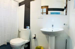 A bathroom at Blinkbonnie Inn