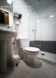 A bathroom at Pensión La Mar