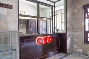 The lobby or reception area at OYO 2580 Hotel Puri Royan