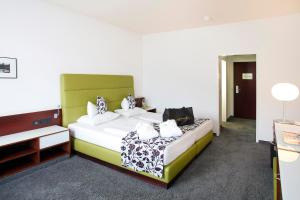 A bed or beds in a room at Hotel an der Therme