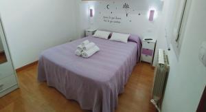 A bed or beds in a room at Pension Travesía - Apartamento