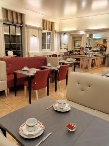 A restaurant or other place to eat at Best Western Central Hotel