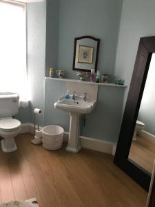 A bathroom at Park Guest House