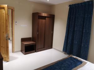 Cama ou camas em um quarto em Itlalat Solaf Aparthotel