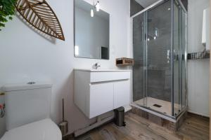 A bathroom at Studio tranquile et Cosy wifi Netflix Terrasse