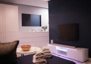 Telewizja i/lub zestaw kina domowego w obiekcie Apartament Augustów SWAN