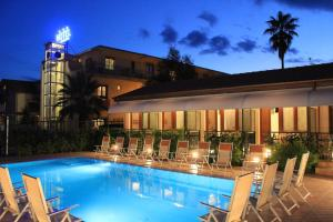 The swimming pool at or close to Hotel Residence La Darsena