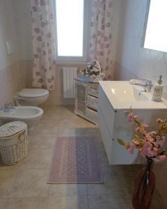 A bathroom at B&b il Giardino da Pina