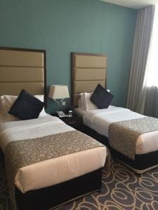 Un pat sau paturi într-o cameră la Ramada Abu Dhabi Corniche