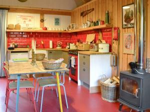 A kitchen or kitchenette at The Saw Mill - UK7082