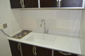 Um banheiro em Aros Al Faisaliah Furnished Units