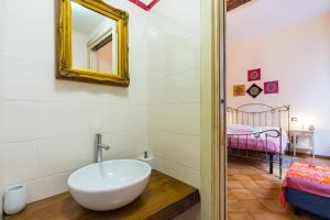 A bathroom at LA CASA DI NONNA LELLA 1