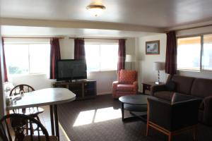 A seating area at Port Townsend Inn