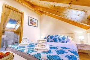 A bed or beds in a room at New Lux Villa Merissima