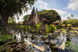O grădină în afara Nusa Dua Beach Hotel & Spa, Bali