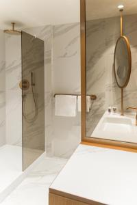 A bathroom at Mercure Luxembourg Off Kirchberg