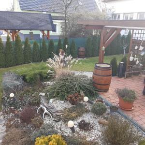 Ein Garten an der Unterkunft Cyklopenzion Radošina