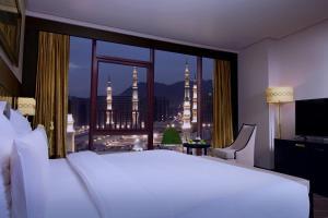 Cama ou camas em um quarto em Pullman Zamzam Madina