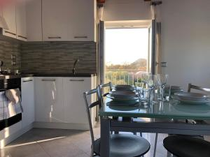 A kitchen or kitchenette at Petite Maison ad Alano