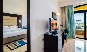 Een bed of bedden in een kamer bij Elphistone Resort Marsa Alam
