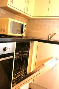 A kitchen or kitchenette at Newgate Apartments