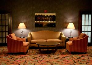 A seating area at Holiday Inn Dubuque/Galena, an IHG Hotel
