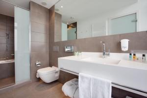 A bathroom at Holiday Inn Dresden - Am Zwinger, an IHG Hotel