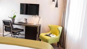 A television and/or entertainment center at Holiday Inn Dresden - Am Zwinger, an IHG Hotel
