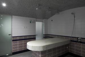 حمام في فندق هوليداي إن كورنيش الخبر