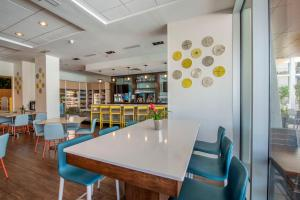 A restaurant or other place to eat at Holiday Inn Orlando – Disney Springs™ Area, an IHG Hotel