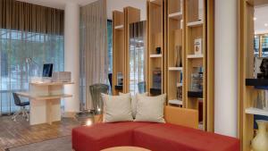 A seating area at Holiday Inn Frankfurt - Alte Oper, an IHG Hotel
